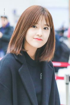 """What is this feeling in my heart, is it some sort of condition but it only happens whenever I see her"" - unknown Yena is a new student at IZ*ONE high school. Korean Short Hair, Korean Girl, Korean Bangs Hairstyle, Korean Hairstyles Women, Medium Hair Styles, Short Hair Styles, Eyes On Me, Bangs For Round Face, Yu Jin"