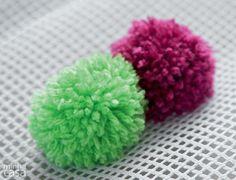Um tapete de pompons é fácil de fazer e fica fofinho e colorido. O passo-a-passo mostra como fazê-lo.