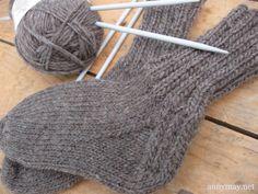 Je vous partage aujourd'hui le patron de chaussette que j'ai toujours utilisé pour tricoter des bas aux enfants. Knitting Videos, Easy Knitting, Knitting Socks, Knitting Projects, Knitted Socks Free Pattern, Knitted Hats, Baby Socks, Fingerless Gloves, Arm Warmers