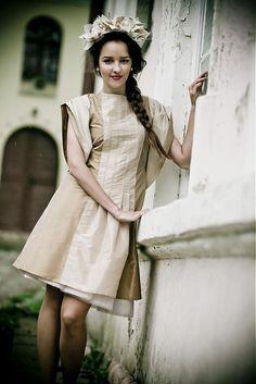 VLASTIMILS / SUCHÝ: Zlatisté kokteilové šaty so skladanými rukávmi z kolekcie