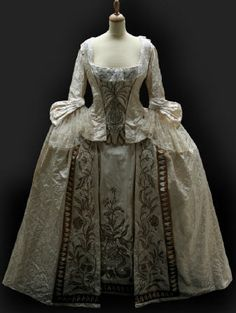 Absolutely gorgeous 1750s gown