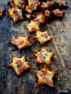 Mini Flammekueches stars for the aperitif An idea of home-made aperitif, the . Appetizer Recipes, Snack Recipes, Appetizers, Fingers Food, Xmas Food, Love Food, Healthy Snacks, Food And Drink, Cooking
