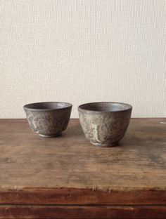 In grinded glaze, small cups by Tanaka Nobuhiko. 田中信彦さんの研削釉小さいカップです。