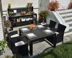 Costruzione dettagliatissima di un un tavolo da giardino fai da te che prevede due elementi coordinati per preparare cibi e gustarli all'aperto.