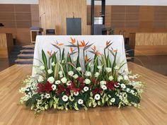 Ramos de altar Church Wedding Flowers, Altar Flowers, Funeral Flowers, Unique Flowers, Church Altar Decorations, Stage Decorations, Flower Decorations, Graduation Decorations, Creative Flower Arrangements