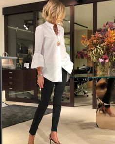 Outfits con jeans negros para mujer The entry Outfits with black jeans for women was first published in Muy Trendy. Casual Work Outfits, Mode Outfits, Work Attire, Stylish Outfits, Fashion Outfits, Over 50 Womens Fashion, Fashion Over 50, Work Fashion, Elegantes Outfit Damen