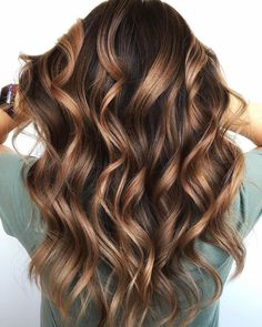 Caramel chocolate hair color ideas for long waves Locks in 2019 Caramel chocolat Brown Hair Balayage, Brown Blonde Hair, Light Brown Hair, Hair Color Balayage, Brunette Hair, Hair Highlights, Hazel Brown Hair, Bronde Balayage, Brunette Color