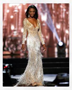 Stunning Deshauna Barber, the first army officer to win the Miss USA  A deslumbrante Desgauna Barber, primeira oficial do exército a ganhar o concurso Miss EUA