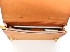 シンプルな顔立ちのブリーフケース SM 収納例