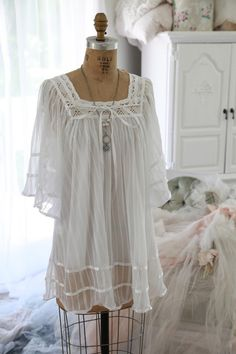 $65  Romantic Living White Gauze & Ribbon Flowing Top...Fits Med/Lg