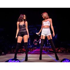 Taylor Swift and Selena Gomez - 1989 Tour, Los Angeles, August 2015 Taylor Swift Hot, Selena And Taylor, Taylor Swift Concert, Taylor Swift Costume, Estilo Selena Gomez, Selena Gomez Fotos, Taylor Swift Pictures, Shows, Stage Outfits