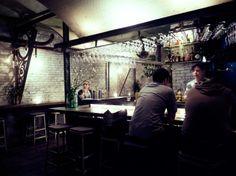 esta buieno como están colgadas las copas,  The Third Man Cocktail Bar, Manhattan, New York