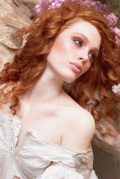 HAARKLEURING Het haar is meestal in slechte conditie aan het eind van de zomer door UV-straling en door het gebruik van ophelderende producten. Als het op haarkleuring aankomt moet u altijd onthouden dat een haarkleuring zo mooi zal zijn als het haar waarop het wordt gekleurd. Dus voordat u naar de salon gaat om uw haar te kleuren deze winter, moet u ervoor zorgen dat het in een gezonde, sterke staat verkeerd.  www.lemage-shop.nl