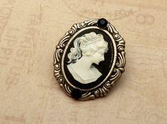 Zarte Kamee Brosche in schwarz silber antik von Schmucktruhe