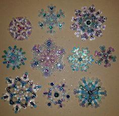 #Schneeflocken aus #Bügelperlen, mit #Glitzer und #Glitzersteinchen  Keywords: snowflakes, ironing beads, fuse beads, perler beads, hama beads, cuentas para planchar, perles à repasser, термобусины, Koraliki do prasowania, perline da stirare, strijkkralen, silitettävät helmet, strygeperler,  glitter, resplandecer, briller, сверкание, brokat, luccichio, schitteren, kimallus, 手鐲,獨角獸