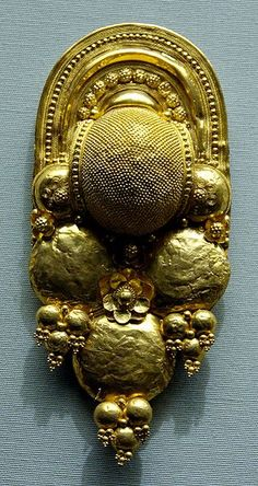 """""""Gold Etruscan earring, 400–300 BC. British Museum. (Wikimedia Commons image.)"""""""