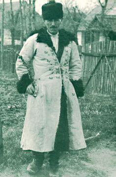 """Poland: ethnography, customs, folklore.: Biłgoraj costume - a guide to Polish folk costumes. A man from Biłgoraj region, photo by J.Świeży, 1939, Lublin Museum. Source: Elżbieta Piskorz-Branekova: """"Tradycyjne stroje i zdobienia z okolic Biłgoraja i Tarnogrodu"""", 2013"""