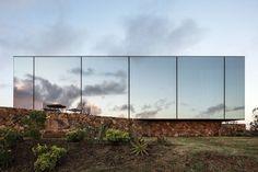 "kazu721010:  ""Sacromonte Landscape Hotel / MAPA  Photos © Leonardo Finotti  ""  gevel spiegel woning sokkel reflectie"