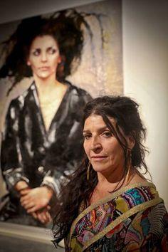 La artista Lita Cabellut junto a una de sus obras expuestas en los Espais Volart de la Fundacion Vila Casas de Barcelona.