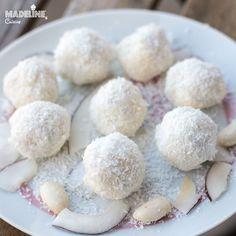 Daca aveti pofta de bombonele, sunteti fan nuca de cocos, dar si urmati Read more... Coconut Truffles, Coconut Balls, Coconut Cream, Raw Almonds, Balls Recipe, No Carb Diets, Sweet Treats, Easy Meals, Low Carb