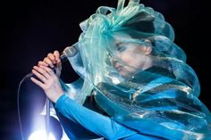 Björk just performed at the Iceland Airwaves Music Fest and wore some of the most amazing masks we've ever seen. Hometown Show, Venetian Costumes, Circus Costume, Dance Costume, Bon Iver, Beautiful Mask, Weird Fashion, Women's Fashion, Beauty Inside