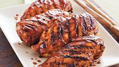 Placer le poulet sur le barbecue. Couvrir et faire cuire, en le retournant une fois, à feu moyen de 10 à 15 minutes ou jusqu'à ce que le jus de cuisson du poulet...