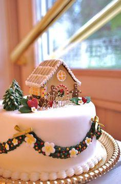 Gingerbread house for Christmas cake Christmas Cake Designs, Christmas Cake Decorations, Christmas Cupcakes, Christmas Sweets, Holiday Cakes, Christmas Gingerbread, Christmas Cooking, Noel Christmas, Christmas Goodies