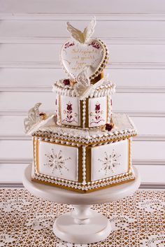 Esküvői mézeskalácstorta, pillangókkal Wedding Cake Cookies, Wedding Cakes, Gingerbread Cookies, Christmas Cookies, Cookie Box, Event Decor, Cookie Decorating, Food Art, Ginger Bread