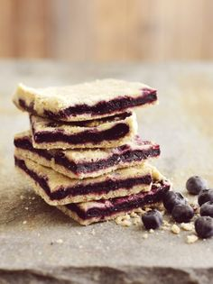 Crispy blueberry bars that use Dansukker Vanilla Sugar and Granulated Cane Sugar. Baking Recipes, Cake Recipes, Fruit Sandwich, Blueberry Bars, Vanilla Sugar, No Bake Cookies, Food Cakes, Different Recipes, Dessert Bars