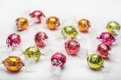 This collection features fruity Lindt Lindor truffles. It includes dark chocolate Raspberry truffles along with white chocolate Citrus, dark chocolate Orange and white chocolate Strawberries & Cream. An absolute must have gift for any fruity chocolate lover!