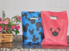 Linda sacolinha para por Guloseimas <br>Ideal para lembrancinha. <br>festa tema Minnie e Mickey <br>Feita em TNT vermelho com bolinhas brancas <br>Medidas: 33 cm comp. x 25 cm larg. <br>Prazo para confecção : 10 dias úteis <br>prazo para entrega : dia de postagem + prazo estimado pelos correios