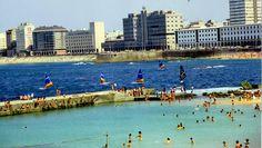 Dique en la playa de Riazor de La Coruña (España).