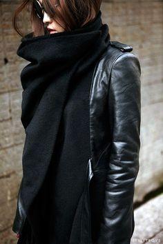 Schwarzer Schal zur klassischen Lederjacke
