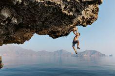 Une équipe de six personnes est partie pour une virée omanaise : pendant plusieurs semaines, elles ont sillonné la péninsule de Musandam, dans le nord d'Oman, en quête de possibilités d'escalade au milieu des falaises et des rochers à pic. - National Geographic France