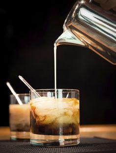 """White Russian – The Dude obliges       Zutaten:  4 cl Wodka, 2 cl Kahlua, 1,5 cl Milch, 1,5 cl Sahne, 3 bis 4 Eiswürfel. Geben Sie zunächst die Esiwürfel und dann den Wodka und den Kaluha in ein Glas. Gießen Sie danach vorsichtig dickflüssig geschlagene Sahne und Milch auf. Achten Sie darauf, dass sich Wodka/Kahlua und Milch/Sahne nicht mischen. Mit einem Kurzen Strohhalm servieren.  Einem breiteren Publikum wurde der White Russian durch den Film """"The Big Lebowski"""" aus dem Jahr 1998. Im…"""