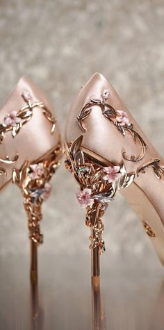 Schuhe Hohe Glitzer – My shoes need flowers on them. Rose gold is perfect Ralph Russo Wedding Shoes … – Schuhe Damen Pretty Shoes, Beautiful Shoes, Cute Shoes, Me Too Shoes, Fancy Shoes, Shoe Boots, Shoes Heels, Gucci Shoes, Tom Shoes