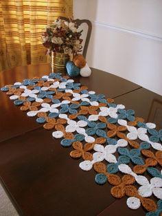 Retro Woven Shell Table Runner Gift by NoveltyandThings on Etsy Crochet Flower Tutorial, Crochet Flower Patterns, Crochet Patterns Amigurumi, Crochet Designs, Crochet Flowers, Crochet Crafts, Crochet Doilies, Free Crochet, Flower Granny Square