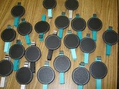 great idea for displaying student work, the circles are painted with chalkboard paint