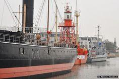 """Drie historische schepen aan de Koningskade in Hellevoetsluis. Museumschip de """"Buffel"""", Lichtship 12 de """"Noord Hinder"""" en de mijnenveger AMS ms """"Bernisse""""."""