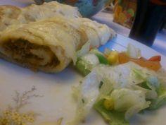 Czas na kolację! Dziś serwujemy: naleśniki po meksykańsku...   Mięso mielone podsmażamy cebulą, kolorowymi paprykami, kukurydzą i dodajemy do tego sos meksykański. Zawijamy w naleśniki, zapiekamy w piekarniku, a na końcu posypujemy żółtym serem.  Mniam! :)