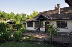 Búbos kemence, régi bútorok, hagyományos tanyasi környezet, népi ételek jellemzik a Piroska vendégházat Székkutason, Orosháza mellett. Jól felszerelt konyha és fürdő adja a kényelmet, minden más autentikus tanyasi életérzést közvetít. Gazebo, Cottage, Outdoor Structures, Cabin, House Styles, Plants, Home Decor, Living Room, Bedroom