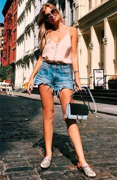 Blusa de cetim, short jeans, bolsa transversal e slip on Casual Chic Outfits, Chic Summer Outfits, Cute Outfits, Trendy Fashion, Girl Fashion, Fashion Outfits, Jeans Fashion, Young Fashion, Fashion Bags