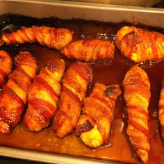 It's chicken breast halves with salt, pepper, garlic powder, and chili powder wrapped in bacon then rolled in brown sugar. Bake on oven 425 for about min them broil to brown bacon. New Recipes, Cooking Recipes, Favorite Recipes, Dinner Ideas Hamburger Meat, Boyfriend Food, Just Eat It, Winner Winner Chicken Dinner, Wrapped Chicken, Cooking