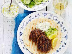 Ruohosipuli ja basilika-tsatsiki tuovat raikkautta jauhelihapihveihin. Paista pihvit grilliparilalla tai grillausalustalla molemmin puolin. Tarjoa raikkaan...