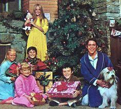 Brady Bunch Christmas  http://4.bp.blogspot.com/-hZtha_tEpgA/TvX0tOgpfFI/AAAAAAAAIXQ/gQ87iM5TpyQ/s1600/brady%2Bbunch%2Bchristmas%2Btv.jpg