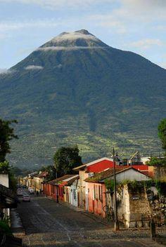 Antigua Guatemala, fondo volcan de Agua