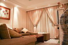 Decoração de sala com luz e cortinas