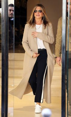 Jennifer Aniston Beige Coat Black Track Pants - you can be over 40 and still sport some cool athleisure layers. Estilo Casual Chic, Casual Chique, Casual Chic Style, Sneakers Fashion Outfits, Mode Outfits, Chic Outfits, Fashion Clothes, Estilo Jennifer Aniston, Jenifer Aniston