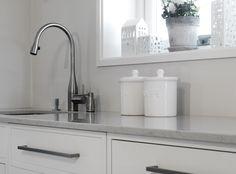 Silestone Lagoon passer like bra til ett klassisk kjøkken, som til et mer moderne og minimalistisk ett. #interiør #interiordesign #interiores #kjøkken #kitchen #kitchendesign #bespoke #silestone Silestone Lagoon, Sink, Kitchens, Home Decor, Interiors, Natural Stones, Vessel Sink, Sink Tops, Kitchen
