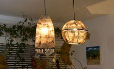 Que tal uma iluminação mais quente, com uma luz mais amarelada, que torna o ambiente acolhedor ? Use luminárias pendentes em filtro de café reciclado.